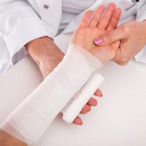 Nahaufnahme Verbandswechsel, rztin und Arm einer jungen Frau